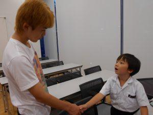 握手をする二人